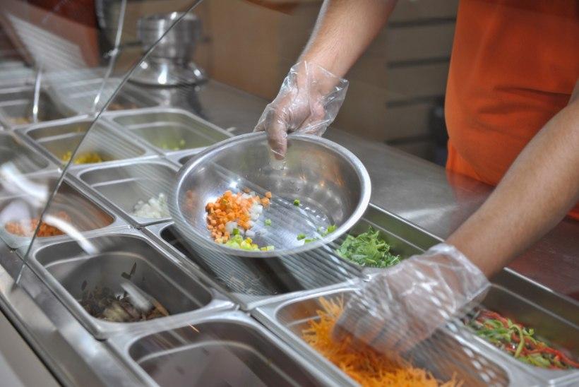 Hügieenist on asi kaugel: miks näpitakse kinnastega toitu, kassaaparaati ja sularaha?!