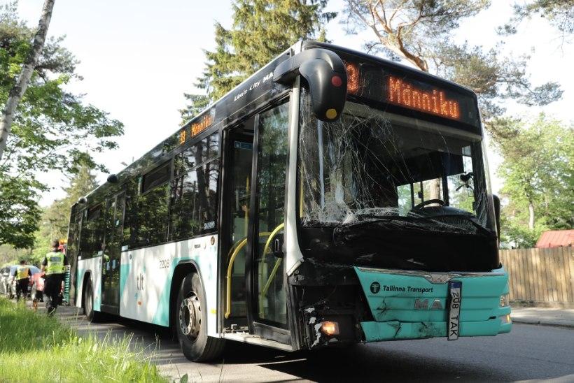 FOTOD SÜNDMUSKOHALT | Tallinnas sai bussi ja sõiduauto kokkupõrkes 14 inimest vigastada, kaks kannatanut viidi haiglasse
