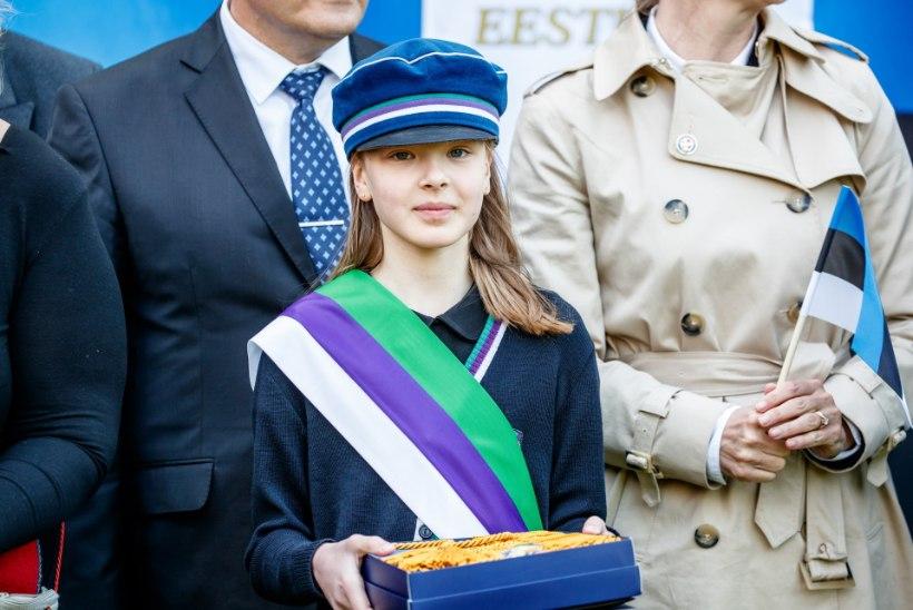 FOTOD   Sinimustvalge pidulikul heiskamisel lipu saanud koolilaps Elisabeth: hea tunne ja suur au