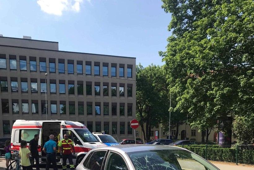 VIDEO SURMALÄHEDASEST KOGEMUSEST | Jalgrattaga auto ette jäänud Praks: nägin autot lähenemas, kuid reageerida ei jõudnud