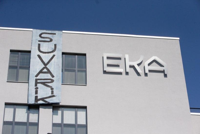 FOTOD | Kunstnikud riputasid teaduse toetuseks EKA majale loosungi
