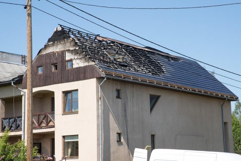 Päikesepaneelid pistsid ridaelamu katuse põlema