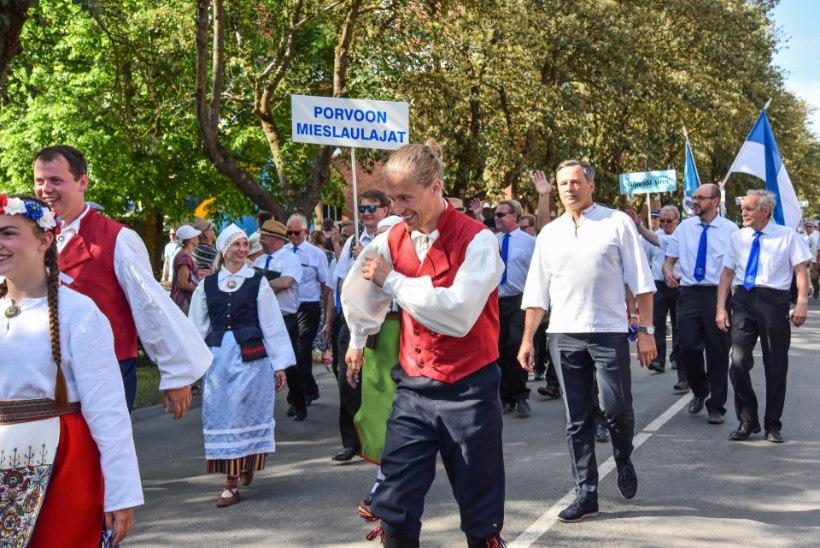 GALERII | Viljandimaal läksid laulu- ja tantsupeolised 30kraadisest kuumusest hoolimata pidutsema