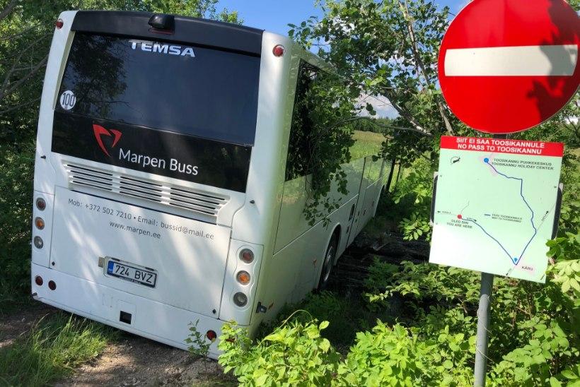 GALERII | Buss vajus läbi vana silla