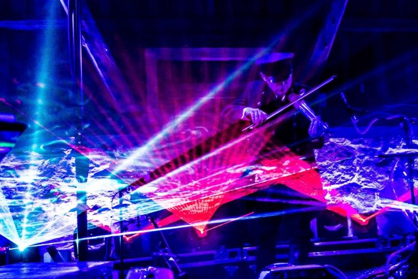 """Naissaarel toimub valgusmängulise kontsertetenduse """"Laser ja läätsed"""" maailma esiettekanne"""