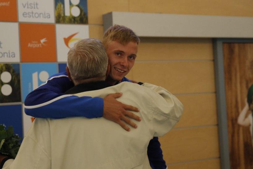 GALERII   EMil hõbeda võitnud Johannes Ermi tervitati Tallinna lennujaamas