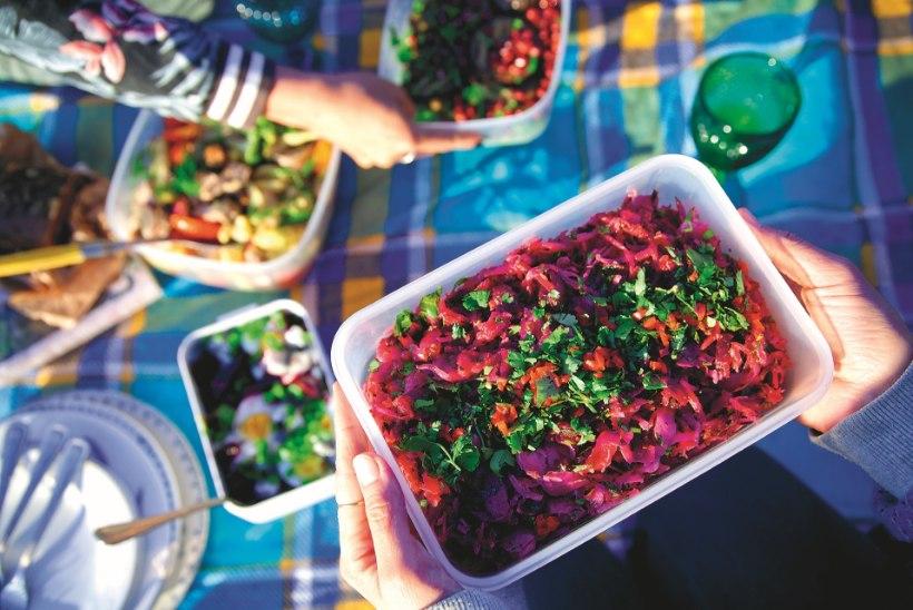 Mõnus matkatoit, mida lõkkel valmistama ei peagi: kalasalat kodumaise kimchi'ga