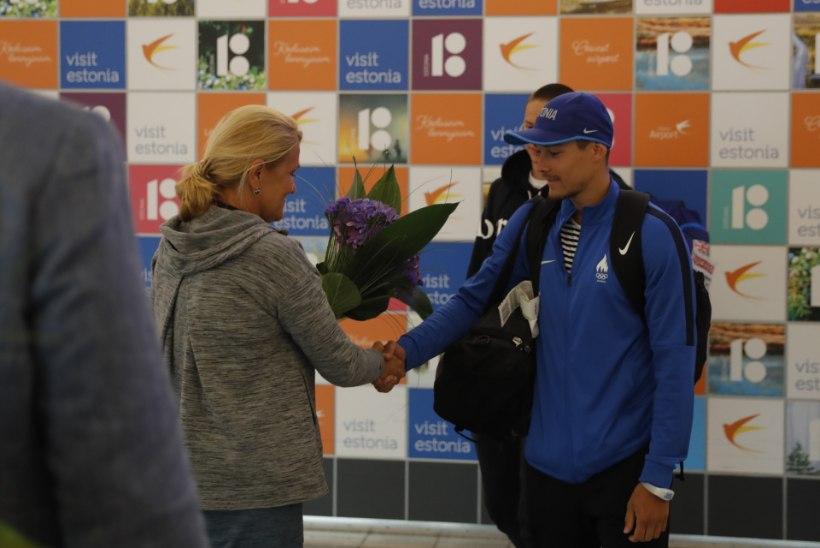 GALERII | EMil hõbeda võitnud Johannes Ermi tervitati Tallinna lennujaamas