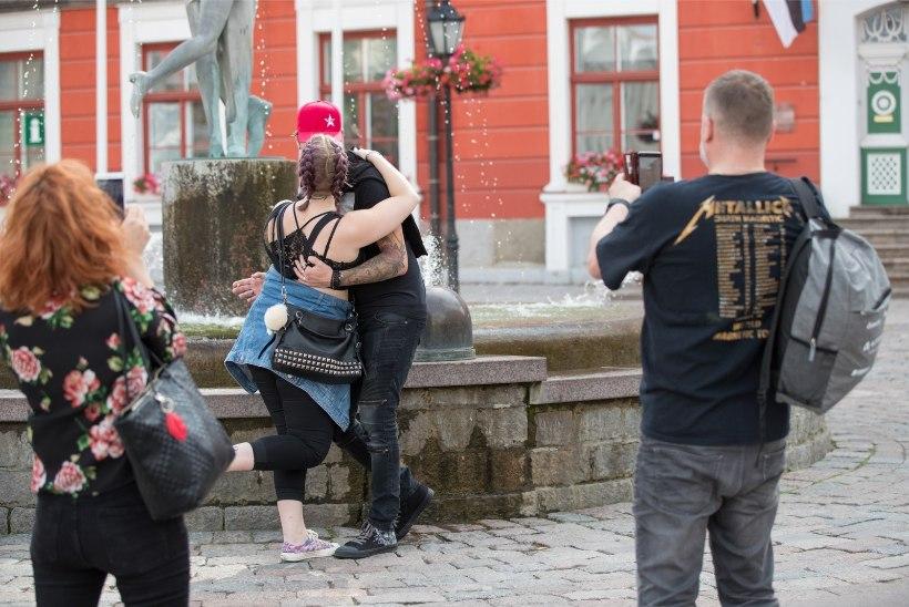FOTOD   Pool Tartut juures: Metallica fännid täidavad ülikoolilinna rõõmsa meluga
