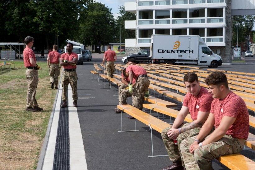GALERII | NATO sõdurid aitavad lauluväljakut suureks laulupeoks valmis seada