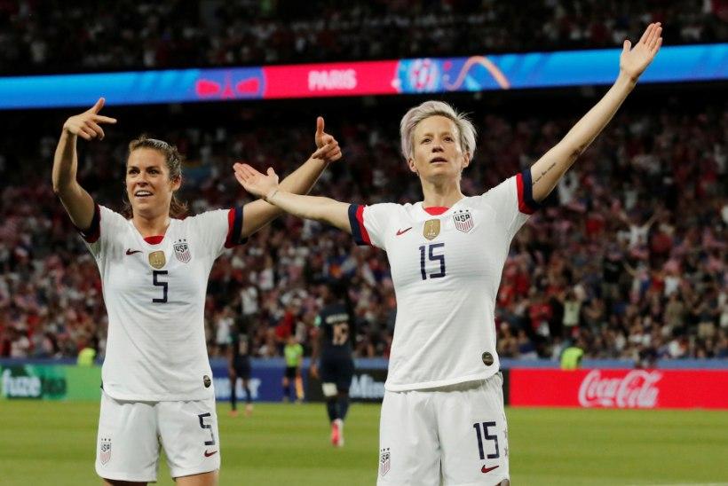 Lesbi, kes protestib jalgpalli abil