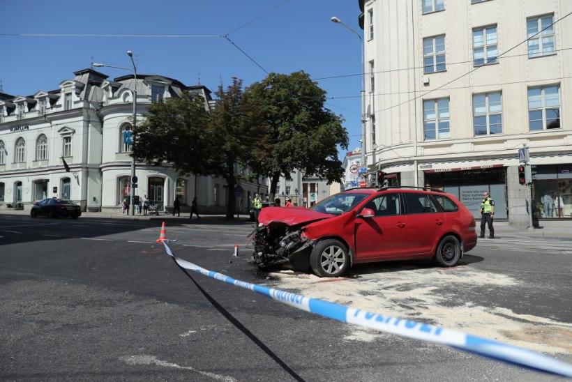 FOTOD | Tallinna kesklinnas põrkusid kokku sõiduauto ja alarmsõitu teinud kiirabi, kõik osalejad said kannatada