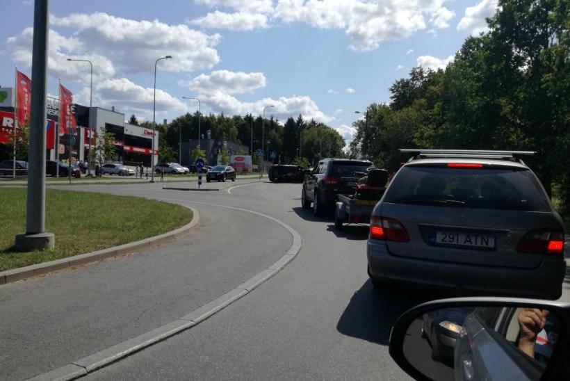 FOTOUUDIS | Viimsi ringristmikul paiskus auto külili