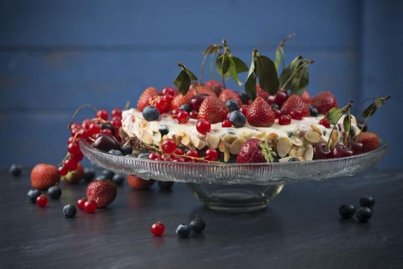 Külm kook suvemarjade ja pudingu-toorjuustukreemiga