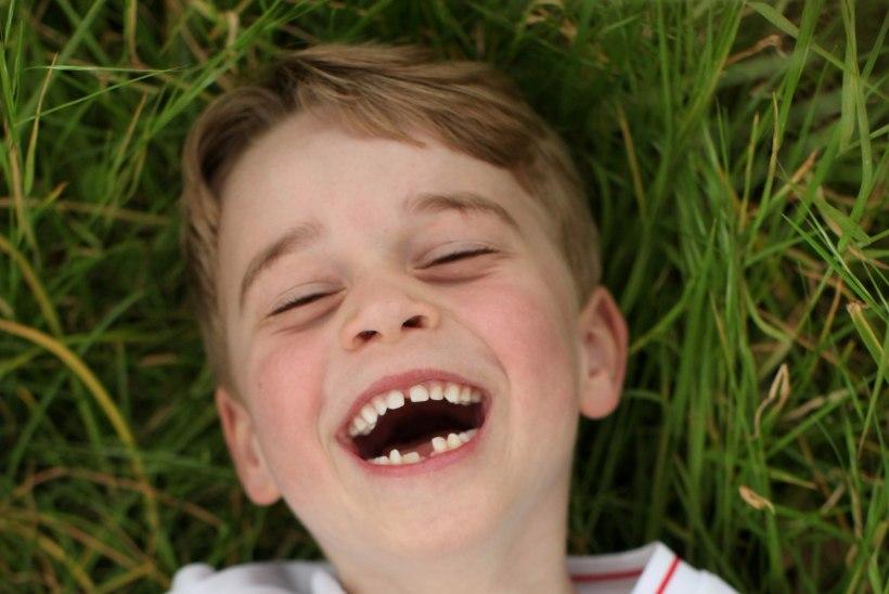 PALJU ÕNNE! Kuuene prints George välgutab rõõmsalt hambavahet