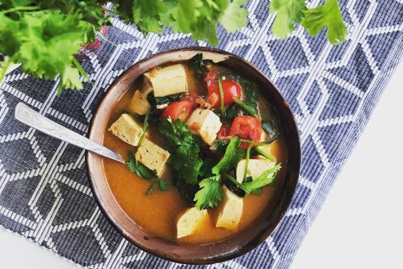 BLOGI | Lihtne 10 minuti lõuna: tšilline supp tofu ja köögiviljadega