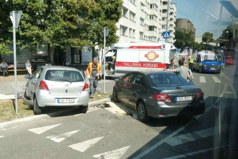 FOTOD   Tallinna kesklinnas põrkusid kokku kaks sõiduautot