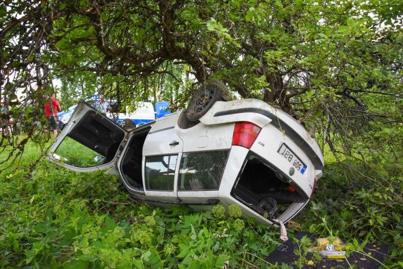 VIDEO JA FOTOD | Purjus juht keeras auto katusele