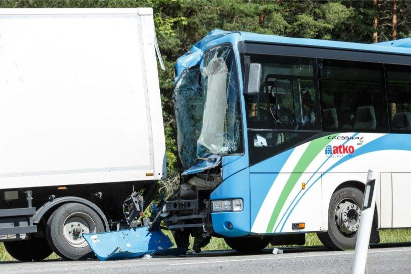 Häirekeskus tänab bussiõnnetuse pealtnägijat: tal oli määrava tähtsusega roll kiire ja õige abi jõudmisel