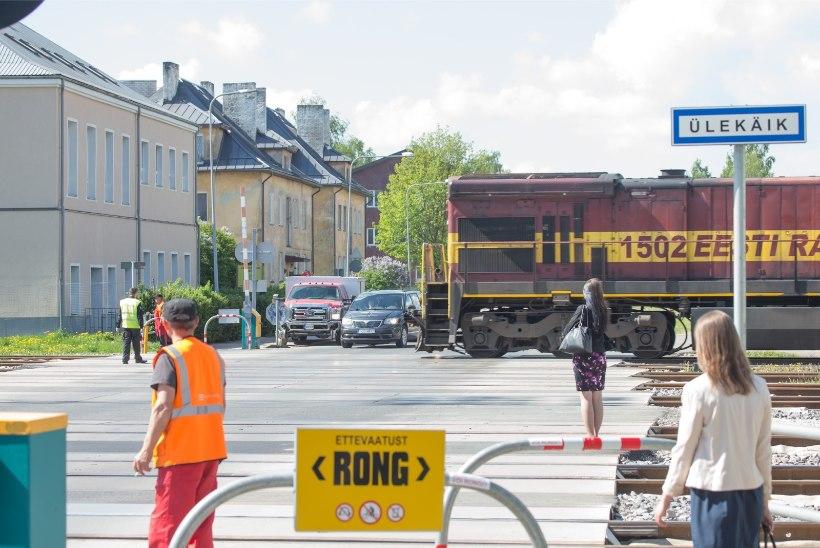EBAVÕRDNE: jalgratturite otsepääsu takistused raudteel võivad häirida ratastooliga liikumist