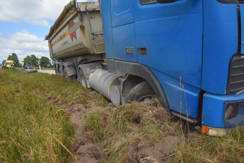 VIDEO JA FOTOD | Viljandimaal oli raske avarii, üks õnnetusse sattunud juht tegi enne seda ohtlikke manöövreid