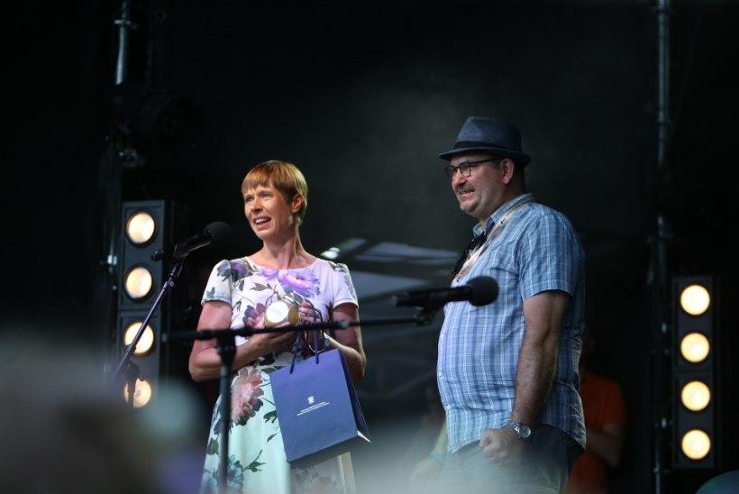 FOTOD   Kersti Kaljulaid kinkis Viljandi folgi pealikule sünnipäevaks purgi Kadrioru mett