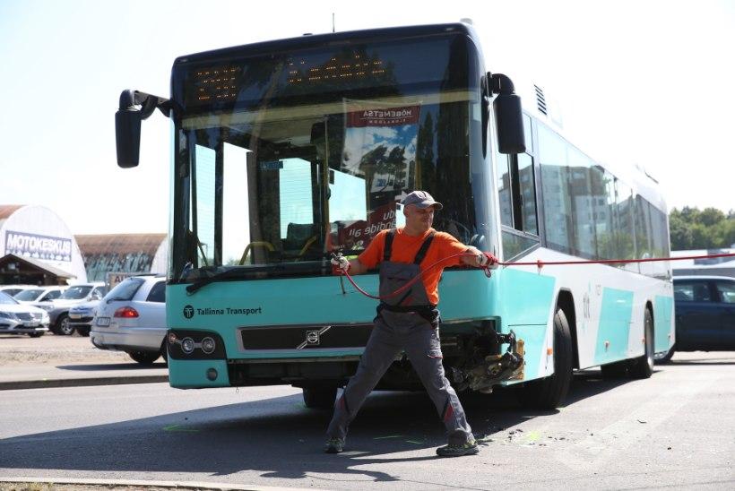 FOTOD | Tallinnas põrkasid kokku buss ja sõiduauto