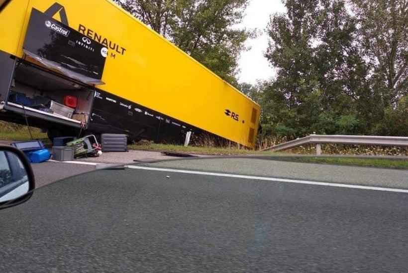 FOTOD | Järgmisesse võistluspaika teel olnud Renault F1 veok lõpetas kraavis