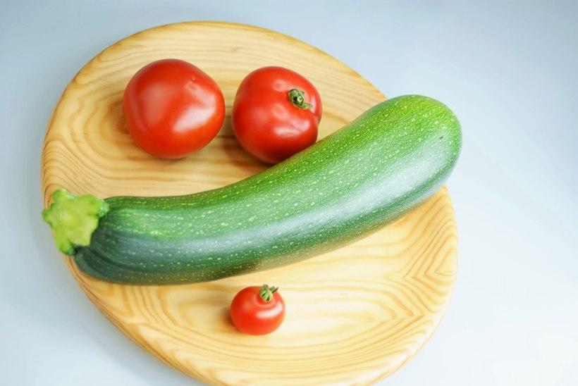 Suvikõrvitsa-tomatisalat õlis