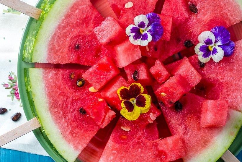 RETSEPT | Suvest pakatav arbuusi-mündisalat maasikatega