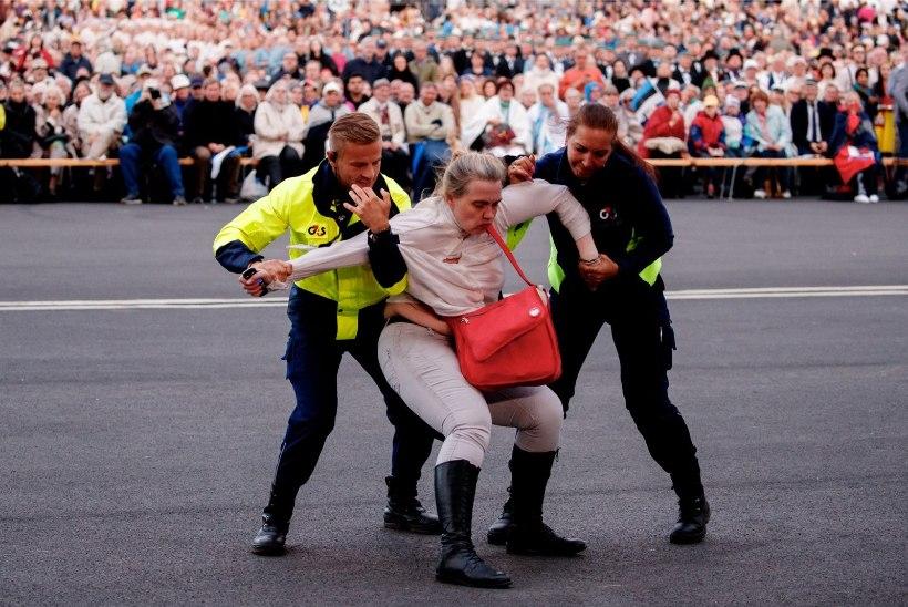 VIDEO JA FOTOD | Turvatöötajad vedasid laululava eest jõuga minema ärritunud naise
