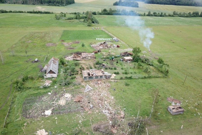 VIDEO JA FOTOD   Lätis möllas tornaado, mis hävitas talu, kuid jättis ellu inimesed ja loomad