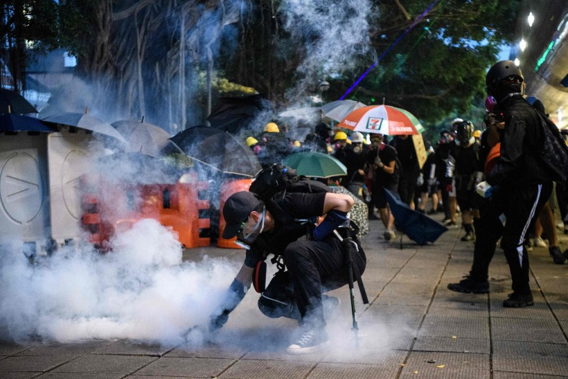 FOTOD | Hong Kongi meeleavaldustel süüdati politseinik põlema