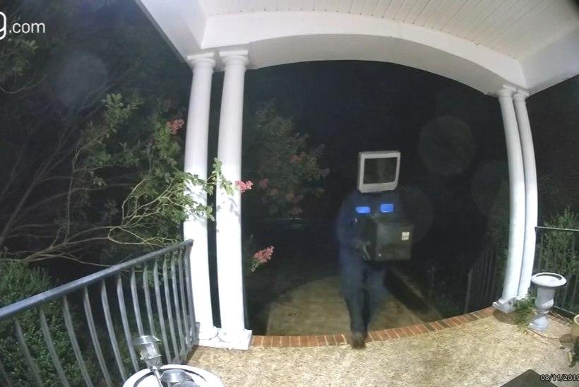 """KUMMALINE TEGELANE: """"Teleripea"""" jättis naabruskonna majade ette üle 50 vana televiisori"""