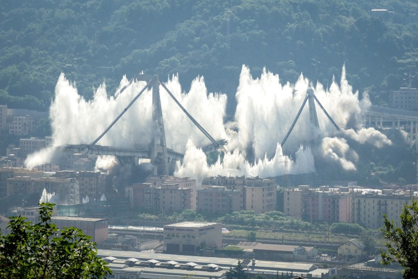 43 HUKKUNUT: Genovas mälestati aastataguse sillavaringu ohvreid