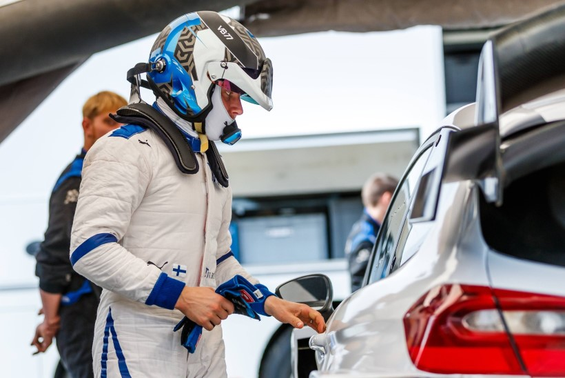 KÕVA SÕNA! Alles hiljuti autoralliga tutvunud Soome vormeliäss näitas Kris Meeke´iga võrdset kiirust