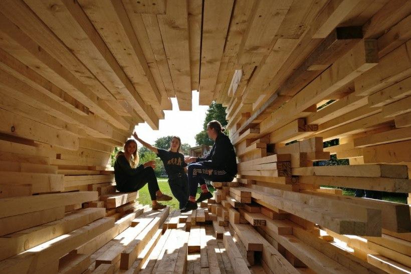 EKA arhitektuuritudengid ehitasid Kalamajja puuriidalt vormi laenava varjualuse
