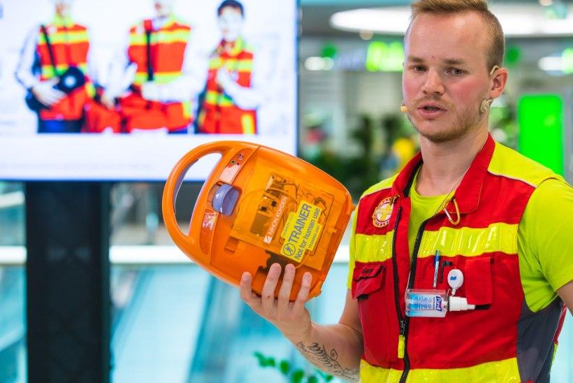 GALERII | Hüpermarketis õpetati, kuidas päästa inimest elustamisaparaadiga