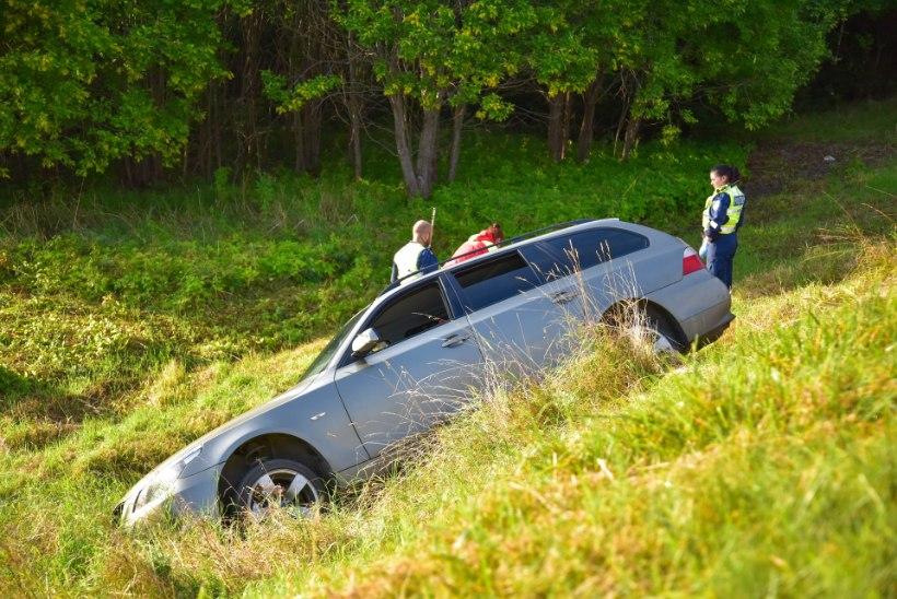FOTOD | Viljandimaal sõitis auto teelt välja, juht viidi haiglasse