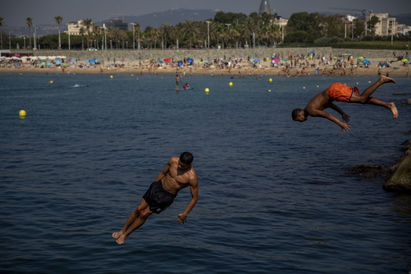 Barcelonas jagatakse varaste ohvriks langenud nudistidele munitsipaalriideid