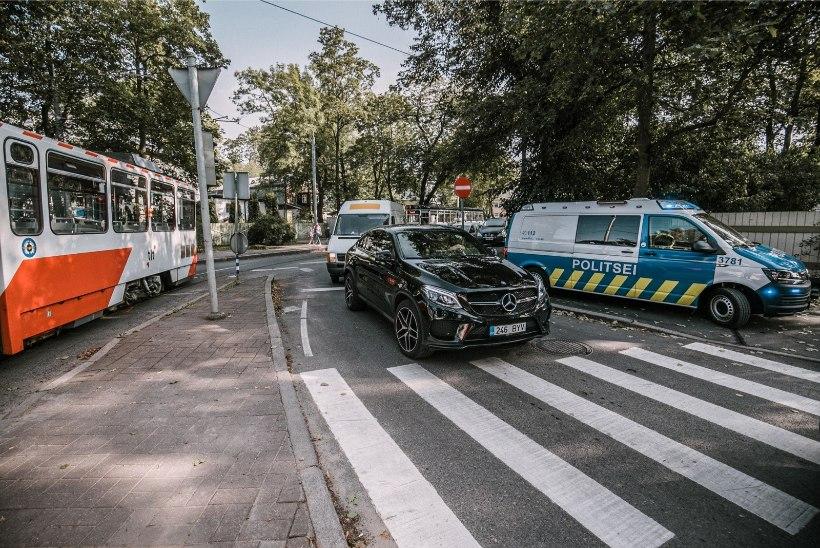 FOTOD | Kadriorus põrkasid kokku tramm ja sõiduauto, liiklus oli väga tugevalt häiritud