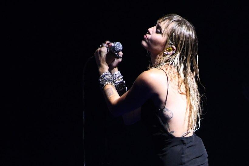 Miley laulis MTV galal lahutusballaadi, kuid musitas lava taga uue kallimaga