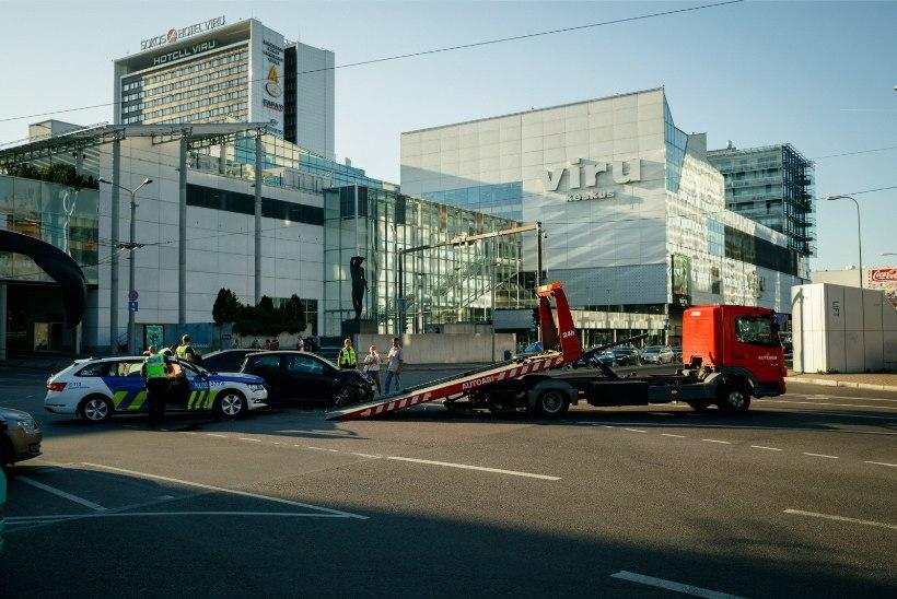 FOTOD   Kolonni eskortinud politseiauto sattus liiklusõnnetusse