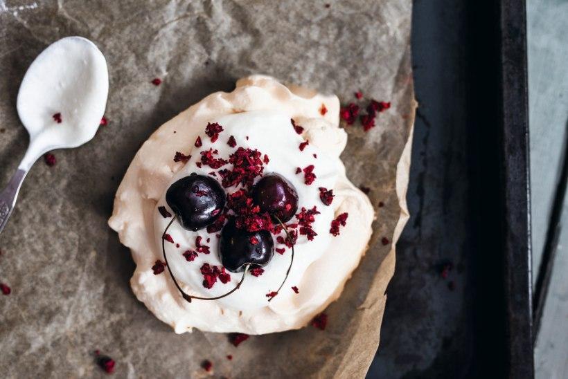 Magus ahvatlus: värskete marjade ja jogurtikreemiga Pavlova koogikesed