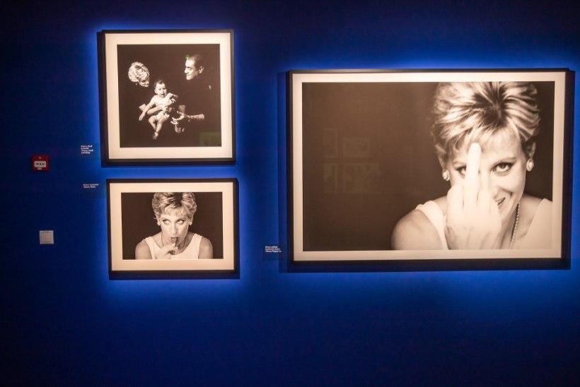 GALERII   Fotografiskas avatud Briti kunstniku näitus annab võimaluse piiluda staaride eraellu