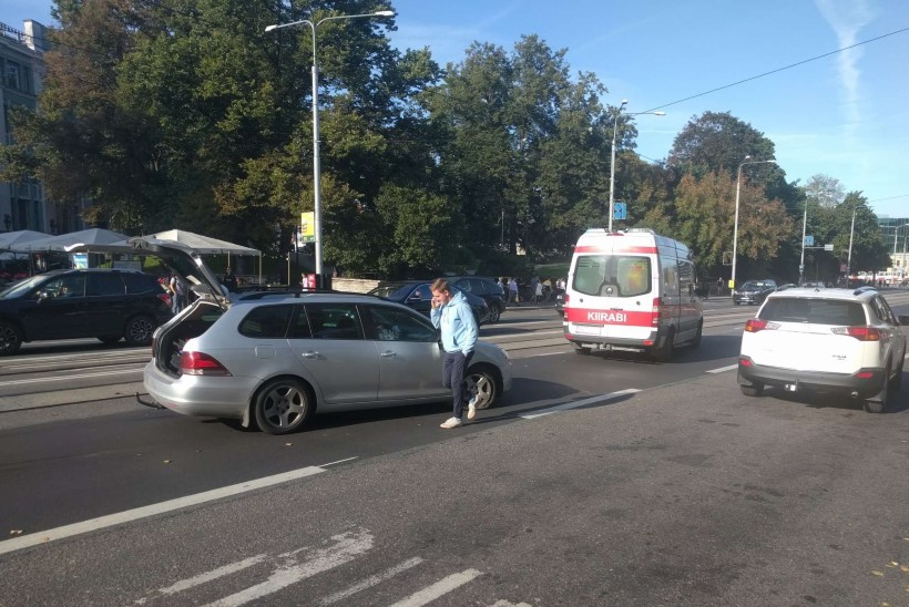 FOTOD | Tallinna kesklinnas põrkasid kokku kaks sõiduautot, kolm inimest vajas meedikute abi