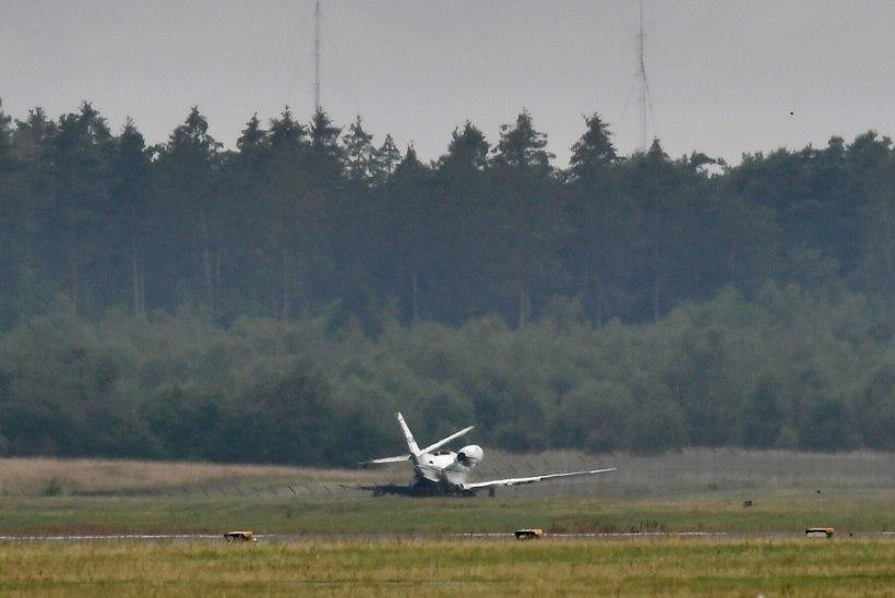 Superstaar Pinki tuuritiimi lennuk lahvatas maandumisel leekidesse