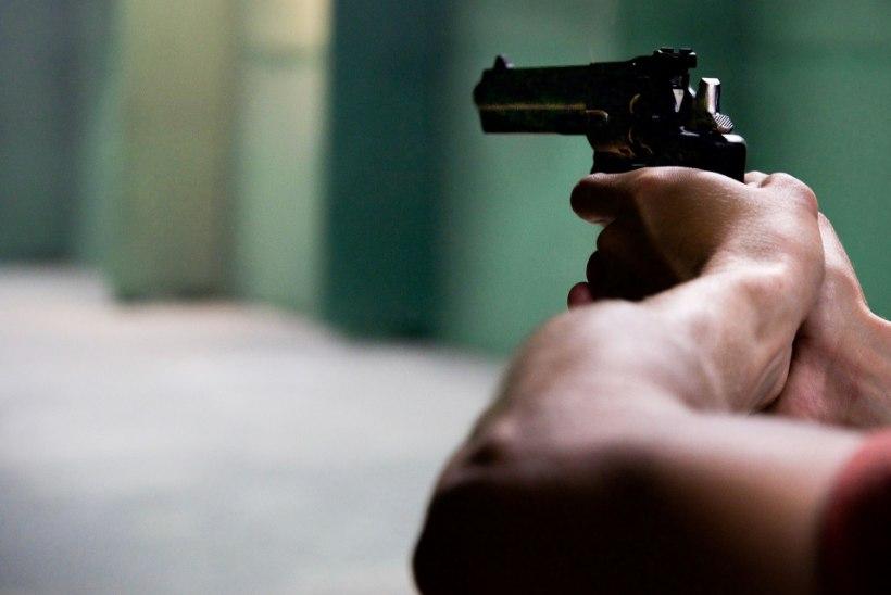 OHTLIK VIIVITUS: mees ähvardas relvaga kullereid, kes talle õigeaegselt mööblit ei toonud