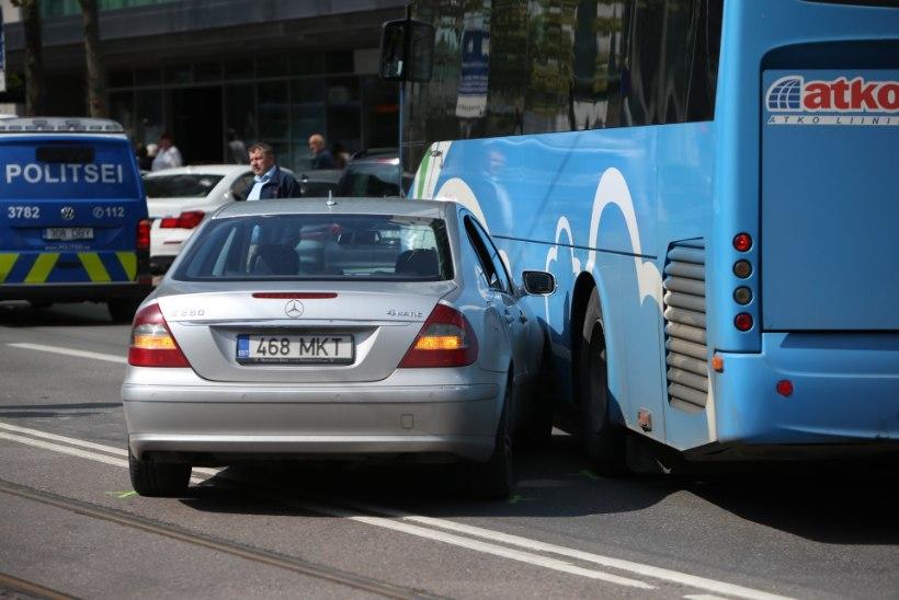 GALERII   Atko needus: Tallinna südames põrkasid kokku buss ja sõiduauto