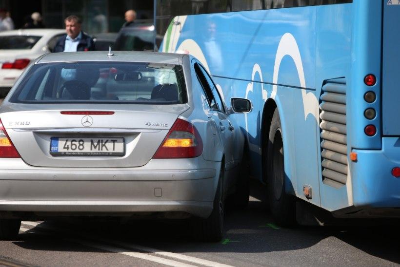 GALERII | Atko needus: Tallinna südames põrkasid kokku buss ja sõiduauto